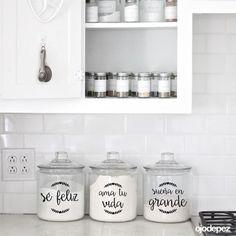 Pack 060 | Frases para frascos Clear Coffee Mugs, Bar, Bathroom Medicine Cabinet, Ideas Para, Floating Shelves, Vinyl Decals, D Craft, Sweet Home, Organization
