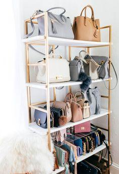 Tassen opbergen in een kast | Een mooie manier om je tassen te presenteren. Netjes gerangschikt in een open kast. Zo zie je in één opslag al je tassen en clutches. Tassen opbergen ideas.
