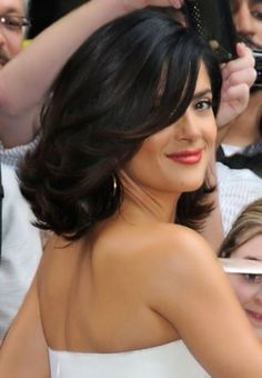 Feathers and Outward Curls Hairstyles For Shoulder Length Hair. She's just gorgeous. She could do anything with hair and be beautiful hairstyles bob 30 Beautiful Hairstyles For Shoulder Length Hair Haircuts For Medium Length Hair, Medium Hair Styles, Short Hair Styles, Haircut Medium, Medium Curled Hairstyles, Medium Haircuts, Feathered Hairstyles, Wavy Hair, New Hair