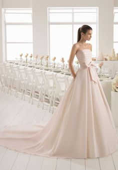 Spectacular rose wedding dress. This fantastic and exclusive model is made entirely of gazar. The pleated bodice and large bow at the waist are guaranteed to make the bride the center of attention.