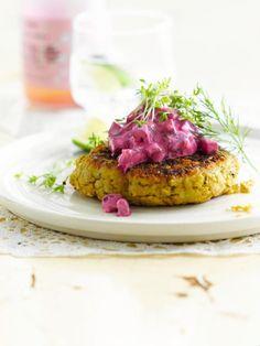 Bereiden:Laat de kikkererwten uitlekken. Schep ze in een keukenrobot met de overige ingrediënten, behalve het ei, de bloem en olijfolie. Mix fijn tot een homogeen mengsel. Voeg vervolgens het ei toe.Maak met bebloemde handen hamburgertjes met een diameter van ongeveer 6 centimeter van het mengsel. Zet ze koel weg om op te stijven.Maak ondertussen de tzatziki. Pel de knoflook en snipper fijn. Snij de rode biet in kleine blokjes. Meng alle andere ingredi&a...
