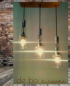 Lámpara de techo reciclada. Creada con 3 botellas de vidrio  transparentes, dispuesta a distinta altura, y florón de madera recuperada de pallets. Mason Jar Lamp, Ideas Para, Pallet, Garage, Table Lamp, Ceiling Lights, Lighting, Home Decor, Wood
