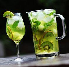 Nadire Atas on Sangria Around The World Sangria verte au basilic, melon miel et kiwi Wine Coolers Drinks, Cocktail Drinks, Fun Drinks, Yummy Drinks, Alcoholic Drinks, Cocktails, Beverages, Sangria Rouge, Rose Sangria