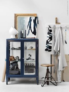 Det blå vitrinskåpet FABRIKÖR i tåliga material men med mjuka former är en fin nyhet, här med IKEA PS 2017 bordslampa och IKEA PS 2017 ljusstake.