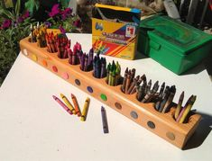 Ditch the crayon box and color coordinate those crayons in this simple DIY desk top caddy. Use a piece of lumber,drill some holes with a 2 inch spade bit. Sand and seal with a clear finish. Art Caddy, Desk Caddy, Crayon Organization, Desk Organization, Crayon Holder, Crayon Box, Pencil Organizer, Colored Pencils, Wood Projects