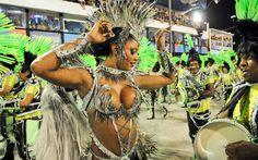 Camila Silva, rainha da bateria da Mocidade, dança junto com ritmistas