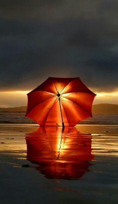 beautiful light / sunset as seen through a red umbrella on the beach + Creative Photography, Amazing Photography, Nature Photography, Reflection Photography, Photography Reflector, Photography Magazine, Photography Ideas, Travel Photography, Umbrella Photography