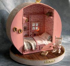 Miniature dollhouse made from a hat box! (But I'm thinking you could use the same kind of hat box to create a fairy-sized vintage trailer too. now where can I find an old hat box? Miniature Rooms, Miniature Houses, Clay Houses, Miniature Crafts, Miniature Furniture, Diy Dollhouse, Dollhouse Miniatures, Homemade Dollhouse, Cardboard Dollhouse