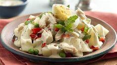 Ingredientes: 1 pechuga de pollo, hervida y deshebrada 1/2 cebolla morada, fileteada 2 tomates, sin semilla, en cubos 1/2 tz de arvejas