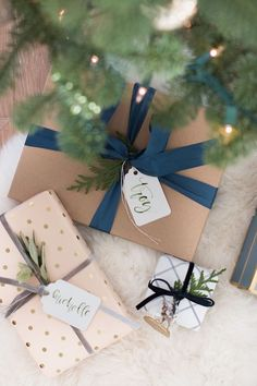 Check out modern and cozy Christmas gift wrapping ideas plus hundreds of Christmas party ideas, Christmas cocktail recipes, Christmas cookie recipes + more! Christmas Gift Wrapping, Diy Christmas Gifts, Holiday Gifts, Christmas Decorations, Holiday Fun, Christmas Recipes, Festive, Christmas Outfits, Santa Gifts