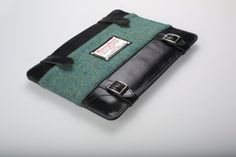 Windsor Briefcase. Designed for Apple tablet computers Design: Walleysmark Suitable for: iPad 2, iPad 3, iPad 4, iPad Air Dimensions: 26.5 x 20.5 x 1.5 cm. Back pocket size: 18 x 9.5 cm. Materials: Harris Tweed / 100% leather. Lining: tartan, 100% wool. Elements: metal accessories