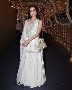 Shraddha Kapoor Lehenga, Kurta Lehenga, Kurta Skirt, Anarkali Dress, Romantic Curls, White Kurta, Night Looks, Wedding Wear, Stylish Dresses