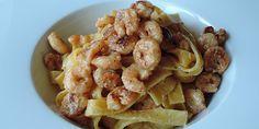 Skøn ret med frisk pasta, stegte rejer og en cremet sauce med fløde, hvidvin og hvidløg. Sammen udgør det en helt perfekt smagssammensætning.