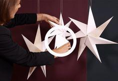 Se, hvordan du folder den smukkeste julestjerne i papir, som du kan hænge op… Diy Snowflake Decorations, Handmade Christmas Decorations, Diy Christmas Ornaments, Christmas Balls, Holiday Crafts, Christmas Time, Xmas, Kids Crafts, Diy And Crafts