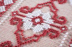 Tappeto realizzato manualmente con la tecnica pibiones punto semipieno caratterizzato dal motivo giglio reale. Colore rosso e bianco. Misure: 123 X 55 cm. Tratt