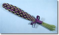 Step by step pictures and instructions for how to make lavender wands. These easy-to-weave lavender crafts smell wonderful, and make gorgeous little gifts.