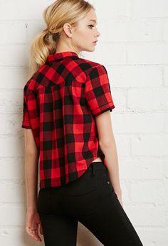 Camisa de corte recto ligeramente cropped con estampado de cuadros vichy. Cierre de botones, bolsillo de parche sobre el pecho y manga corta.