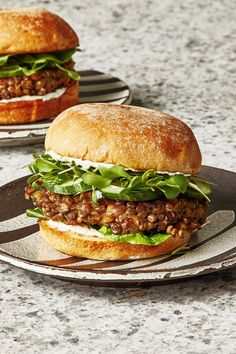 This Lentil Burger Recipe Is Perfect for Meal Prep and Easy Weeknight Dinners - This Lentil Burgers Recipe Is Perfect for Meal Prep and Easy Weeknight Dinners Lentil Veggie Burger, Tofu Burger, Meatless Burgers, Vegan Burgers, Best Lentil Burger Recipe, Vegan Burger Recipe Easy, Turkey Burgers, Lentil Recipes, Recipes