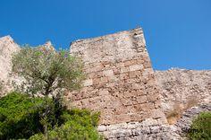 Castell de Claramunt - El castillo de Claramunt aparece en documentos de 979, siendo sus primeros señores Bernat Amat, consejero de Ramón Berenguer I y su hijo, Deodat Bernat. En 1306 el castillo quedó en manos del vizconde de Cardona, Ramón Folc VI.