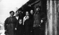 Matti, Arvid och Alina Arppe samt barnen Kerttu, Inkeri och Lydia framför ett tillfälligt bostadsskjul i Majstad då Japangatan 12 byggdes år 1925. Foto Helsingfors stadsmuseum.