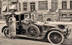 ¿Dónde va la señora...? Fotos antiguas de viejos autos.