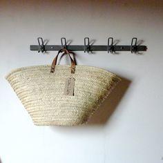 Patère en métalL'idée de la patère sur un mur de la maison permet de changer facilement de décor (en plus de son côté pratique). Au printemps, on y accroche des cabas, l'été, les petits chapeaux, au moment de Noël, une belle guirlande lumineuse...Décapée par sablage, ce qui lui donne une belle couleur gris mat. Vendue vide, prête à accrocher au mur ( chevilles et vis fournies).