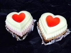 Prăjituri delicioase cu ingrediente de calitate, realizate ca la carte.  Pentru torturi personalizate și #candybar, sună-ne ☎️ 0753 313 136 sau trimite-ne un mail 💌 prajiturilechocodor@gmail.com Cupcake Shops, Cupcake Boxes, Chocolate Shop, Candy Boxes, Grocery Store, Catering, Buffet, Artisan, Cooking
