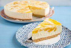 Deze yoghurttaart met tropische mango, witte chocolade en knapperige kokoskoekjesbodem is de perfecte zomertaart! En makkelijk om te maken.