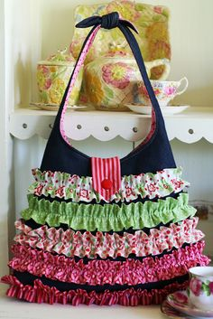 Pattern for ruffle bag ... my daughter in law made me a purse like this in pinks! <3