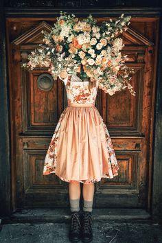 LENA HOSCHEK TRADITION - Frühling/Sommer 2019 ©Rares Peicu - Valentina Dirndl, Wanderschuh Alma dunkelbraun #dirndl #dachstein #dachsteinschuhe #naturalstyle #spring #summer #lenahoschek #tradition #tracht #lenahoschektradition #österreich #austria