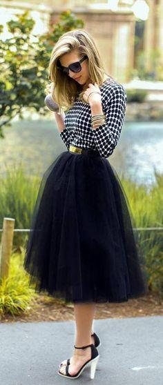 Une jupe midi taille haute avec des talons hauts