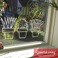 Ben jij al bekend met de nieuwste rage: raamtekeningen! Je maakt ze met behulp van een krijtstift en een leuk ontwerp. Zo versier jij de ramen van je huis met de leukste illustraties. Van de gloednieuwe webshop raamtekening.nl mocht ik een aantal ontwerpen proberen. Kijk je mee? Diy For Kids, Crafts For Kids, Diy Crafts, Chalkboard Art Quotes, Classroom Organisation, Special Kids, Cactus, Window Art, Diy Interior