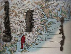 Tres piezas de madera talladas, que representan las costas de Groenlandia, son los únicos ejemplos que se conservan de cartografía táctil creadas por los inuit entre los siglos XVI y XIX.  Posiblemente este tipo de mapas comenzaron a usarse por las comunidades inuit en siglos anteriores, pero los