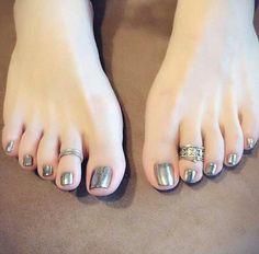 Black Toe Nails, Pretty Toe Nails, Pretty Toes, Nice Nails, Pies Sexy, Toe Ring Designs, Painted Toes, Feet Nails, Toenails