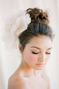 Maquillaje Natural + Chongo Desenfadado + Maxi flor de seda = Estilo Impecable, #soñador y #perfecto...  #EstiloDelDía #TuBoda