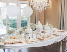 Planning a baby shower, but the mamma to be doesn't know what she's having? This collection of gender neutral baby shower ideas will help you start the planning process! Baby Shower Elegante, Classy Baby Shower, White Baby Showers, Gender Neutral Baby Shower, White Shower, Sophisticated Baby Shower, Baby Shower Decorations Neutral, Baby Shower Centerpieces, Baby Shower Themes