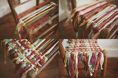 Te weinig stoelen? Weef stukken stof over een oude stoel en je hebt er een paar extra.