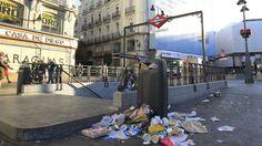 Una papelera a rebosar en la Puerta del Sol debido a la última huelga de basuras en la capital.
