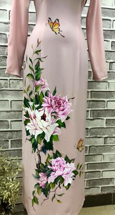 Hand Painted Dress, Painted Clothes, Embroidery Suits Design, Embroidery Dress, Dress Painting, Fabric Painting, Cheongsam Wedding, Saree Floral, Fabric Paint Designs