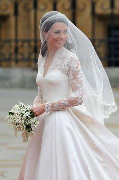 あまりの美しさにうっとりしちゃう♡清潔感たっぷりのキャサリン妃のドレス♡ヨーロピアンなウェディングの参考にしたい結婚式・ブライダルのアイデア☆