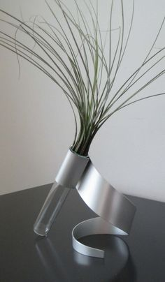 Swirl Metal Sculpture Vase I want this vase. Very…retro I guess the word would be for this. Bud Vases, Flower Vases, Rectangle Vase, Tableau Design, Metal Art Sculpture, Photo Sculpture, Aging Wood, Deco Floral, Decorative Panels