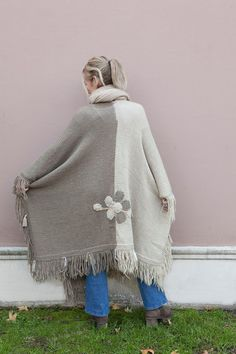 María Cielo: Las Dumas 2018 Poncho Knitting Patterns, Crochet Poncho, Love Crochet, Cowl Scarf, Scarf Wrap, Crochet Clothes, Diy Clothes, Black Abaya, Knitting Accessories