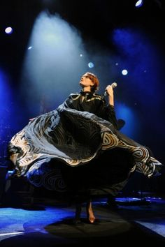 Florence on the last stop of her US tour. Look at her twirl.