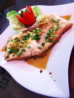 Delicioso mero al vapor estilo oriental. Restaurante Don Ricardo (El Rey de las Hueveras) Rimac (Lima, Perú)  http://www.placeok.com/blog/huariques-en-lima-almorzando-con-el-rey-de-las-hueveras/