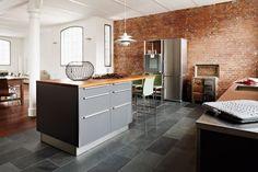Eine offene Loft-Küche in Hamburg von Küche & Design mit Möbeln von Eggersmann.