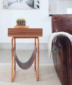 O revisteiro Caixote é uma das peças mais icônicas do Estúdio Prole. Multiuso, pode ser usado como mesa lateral, um lugar para colocar a carteira, as chaves, uma planta, um livro... . Visite a loja Estúdio Prole na Boobam para saber mais. Link direto na bio 👉🏻 boobam.com.br 👈🏻 _______________ #designbrasileiro #feitonobrasil #designbrasil #mobiliariobrasileiro #decoração #arquitetura #casa #braziliandesign #furniture #homedecor  #minimaldesign #criadomudo #mesalateral #table #sidetable…