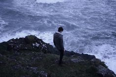 """Ich fand ihn wieder, unten am Rand der steinigen Küste, gegen die die Brandung schlug. Für einen Moment war ich beruhigt. Dann bemerkte ich, dass er nicht zum Horizont sah. Sein Blick war auf die schäumende Gischt vor ihm gerichtet. """"Yūri"""", rief ich durch das Brausen von Wasser und Wind hindurch. Ein paar Herzschläge wartete ich. Dann drehte er sich um und ich atmete auf. Das Wasser würde ihn mir nicht nehmen."""