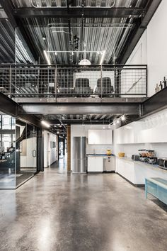 Urban Industrial Decor Tips – Office Design 2020 Warehouse Living, Warehouse Home, Warehouse Design, Industrial Office Design, Industrial House, Casas Containers, Cheap Bedroom Decor, Barn House Plans, Urban Loft