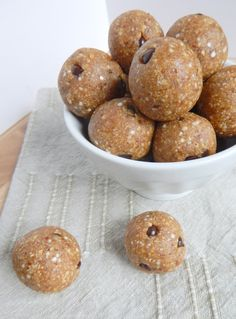 No Bake Peanut Butter Quinoa Bites. Only 5 ingredients to make these simple protein bites!