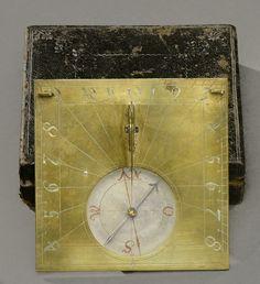 Cadran solaire carré en laiton gravé, dans son écrin d'origine en chagrin noir à fleurettes estampées, fin 17ème